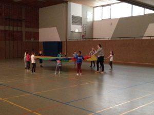 Weihnachtsaufführung für die Eltern 2015 Teil 1 Tanz mit Fallschirm zu: Wir sind Kinder